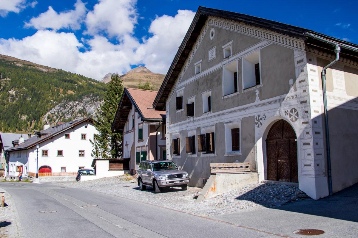 Schmucke Engadinerhäuser in Chamues-ch