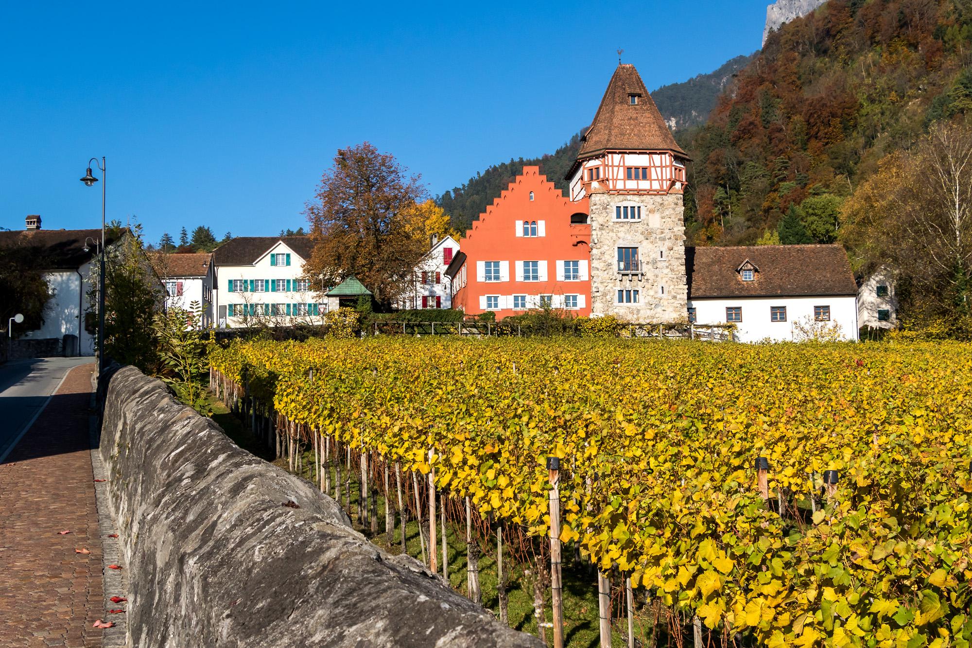 Vaduz kann auch ländlich-chic: Das Rote Haus, ein mittelalterliches Schlösslein mit Wohnturm und Weingut