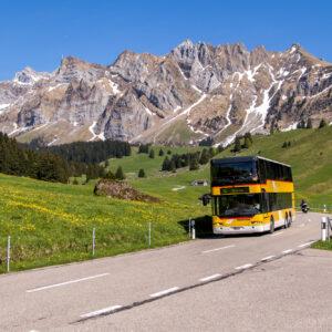 Zwei Kolosse unter sich: Der Neoplan-Doppelstöcker vor dem Alpstein-Massiv