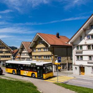 Fahrt entlang der prächtigen Giebelhaus-Reihe am Landsgemeindeplatz - inkl. wild parkierender Appenzeller