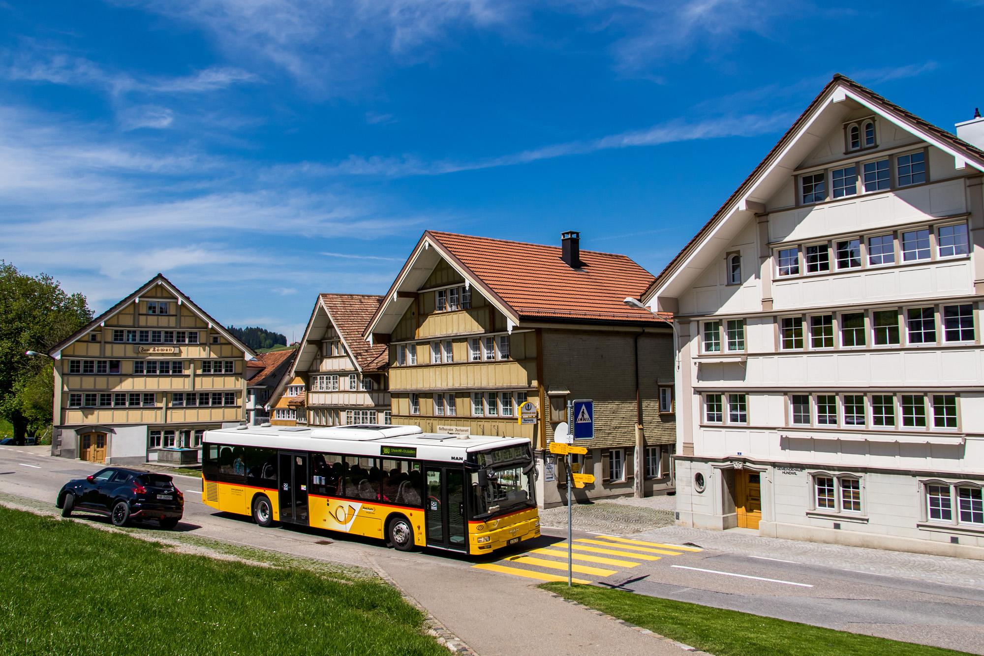 Fahrt entlang der prächtigen Giebelhaus-Reihe am Landsgemeindeplatz in Hundwil - inkl. wild parkierender Appenzeller
