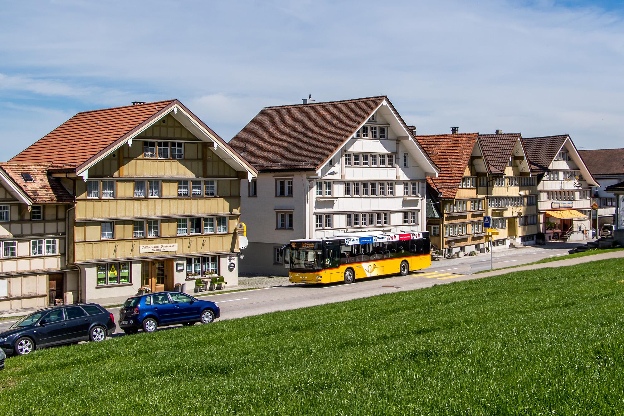Die Häuser stammen aus dem 17. und 18. Jahrhundert - und die Appenzeller parkieren noch immer wild :-)