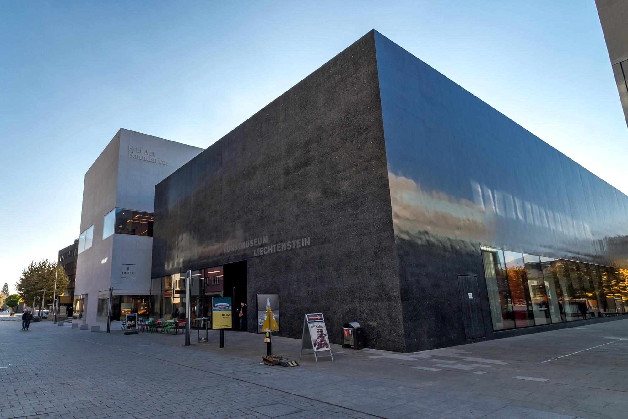 Schwarz und weiss: Die Monolithen des Kunstmuseums und der Hilti Art Foundation