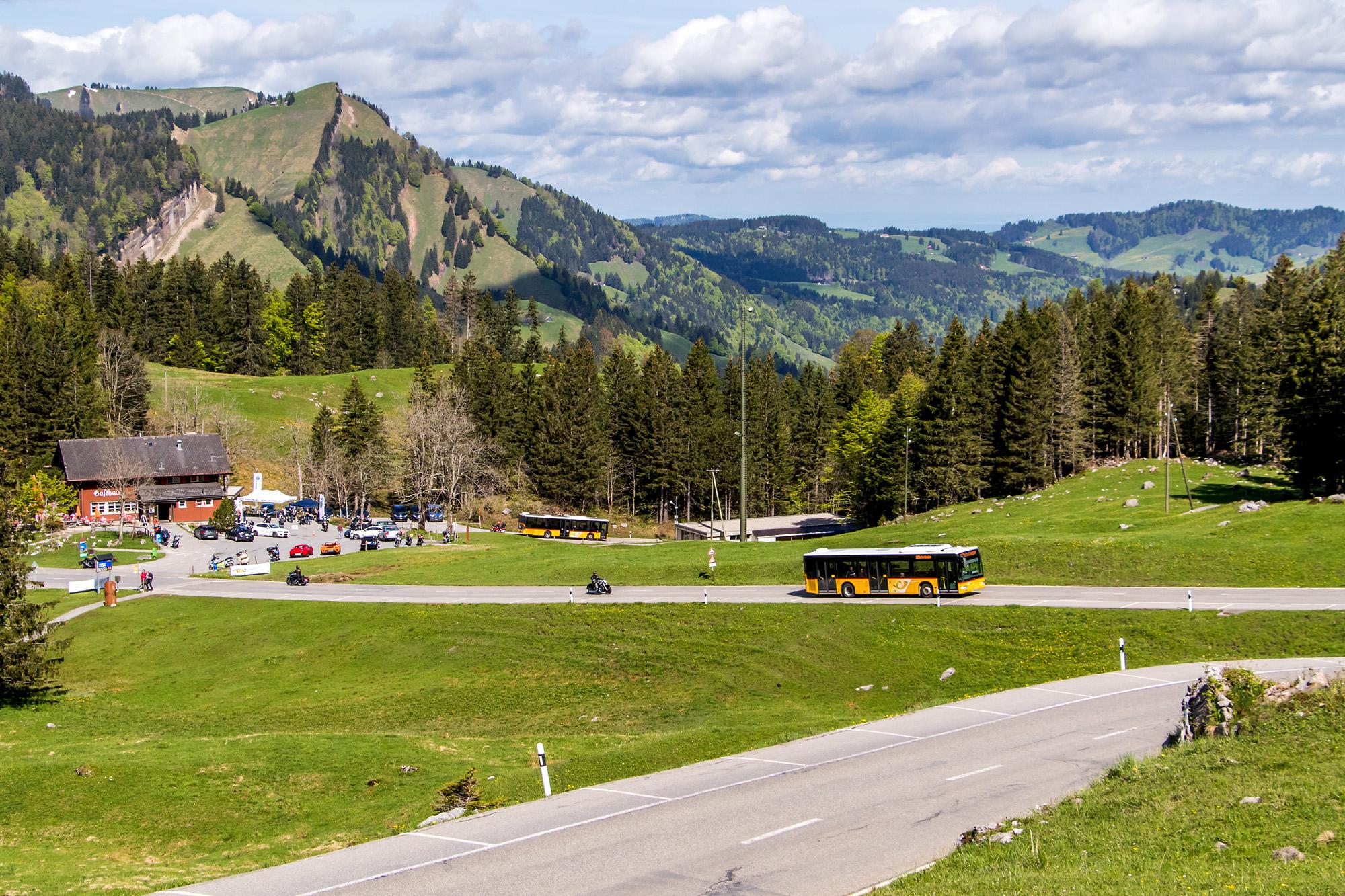 Blick von der Schwägalp in Richtung Appenzellerland - aufgrund einer Verspätung treffen sich ausnahmsweise die Postautos der beiden Seiten, eigentlich sind sie nicht aufeinander abgestimmt (leider).