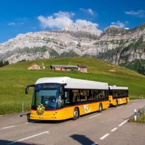 Die neue Attraktion der Ostschweiz: Der Hess Bus-Zug auf Talfahrt vor dem eindrücklichen Alpstein!