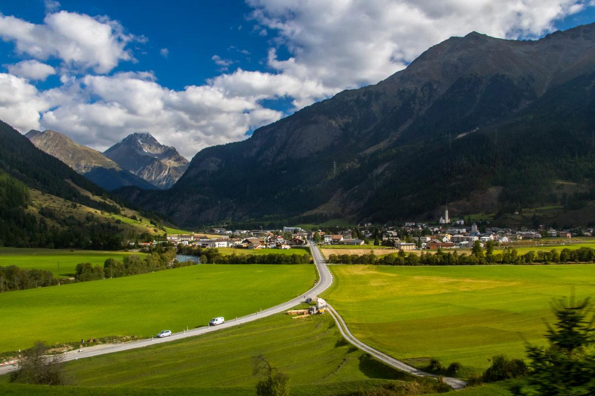 Zurück in Zernez, nun verläuft der Weg nach links hinten in Richtung Flüelapass und Davos