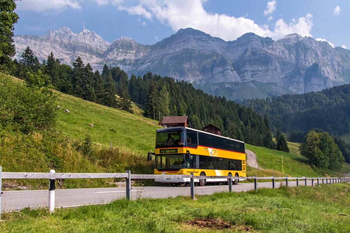 Eine ziemliche Plackerei: Der Neoplan-Doppelstöcker versucht sich auf der Schwägalpstrasse als Bergbus