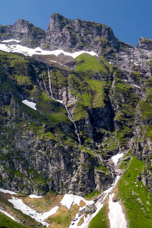 Im Angesicht der massiven Bergflanken der Schwarzen Hörner nimmt die Talfahrt ihren Lauf