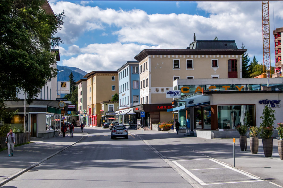 Nach so viel lieblichen Dörfchen kein berauschender Anblick: Davos' Hauptstrasse
