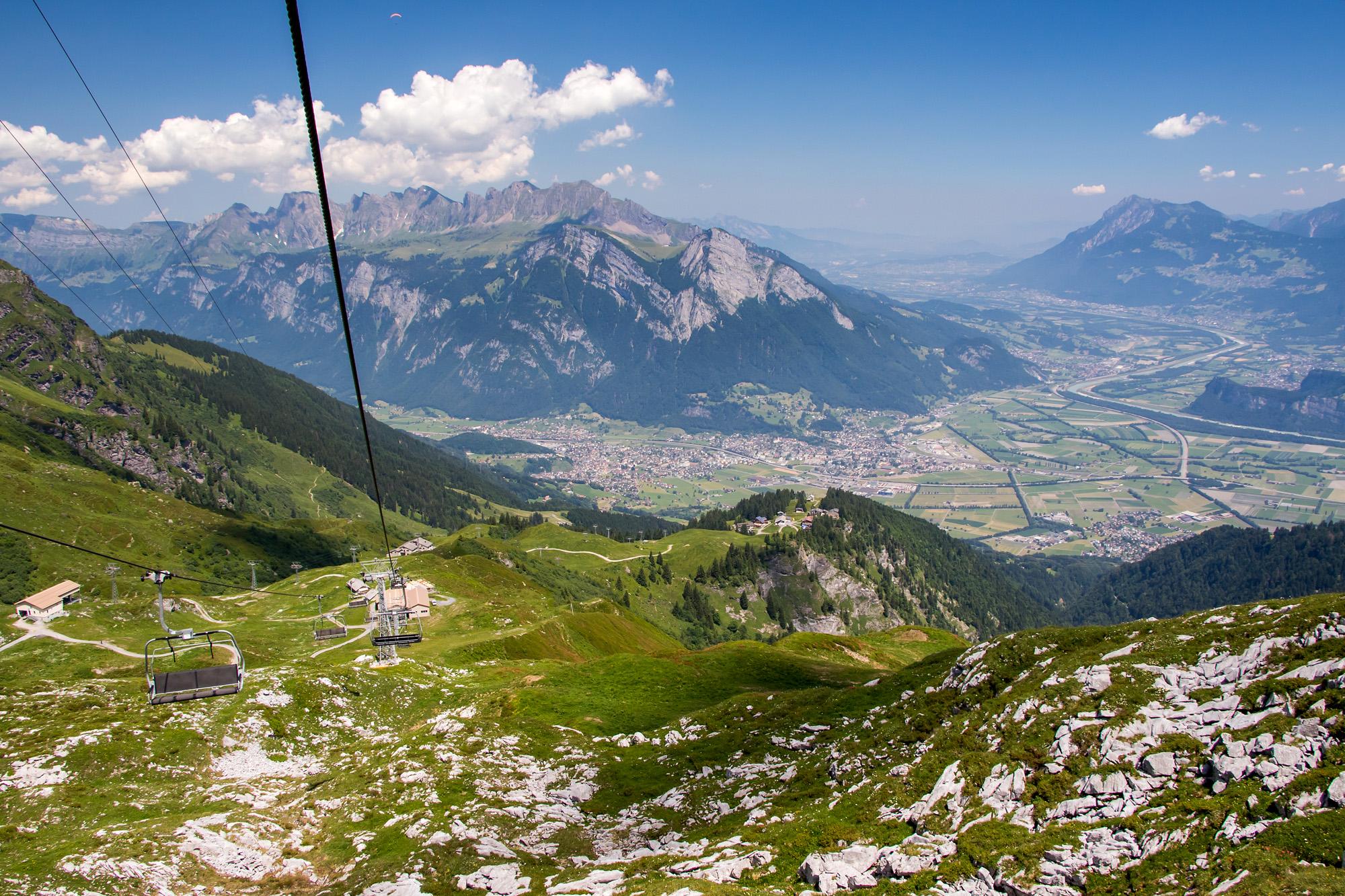 Vor mir bretiten sich Seez- und Rheintal aus, in der Bildmitte Sargans und rechts davon das Fürstentum Liechtenstein