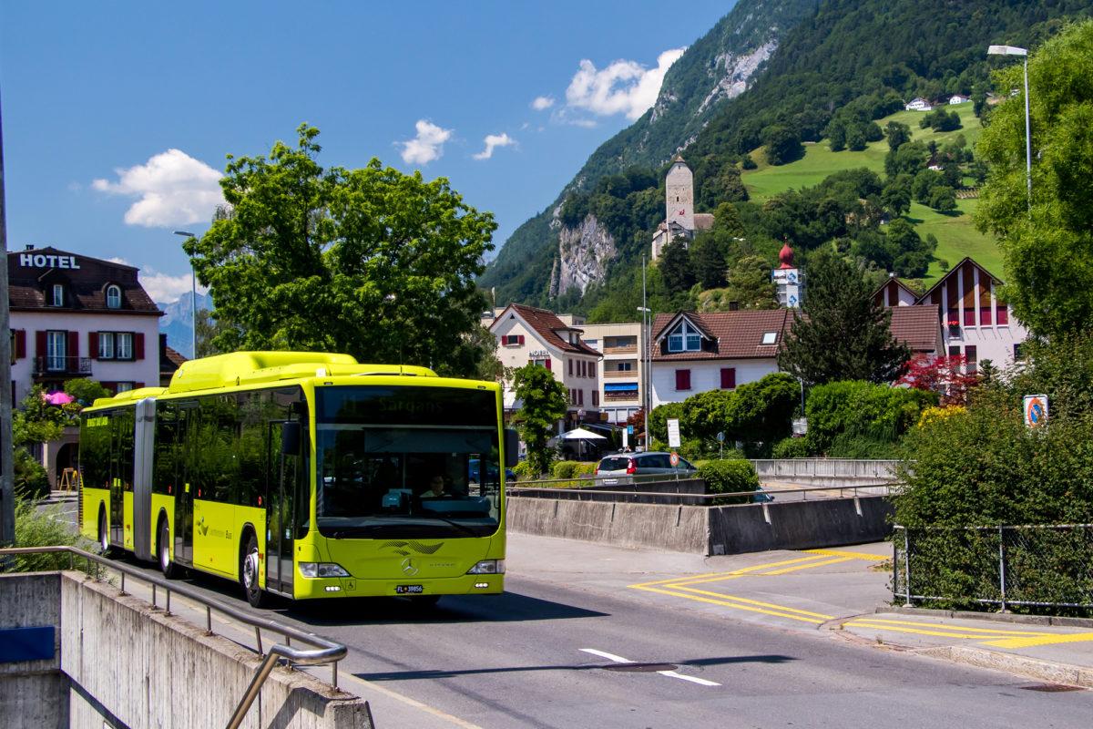 Grünes Postauto vor lieblicher Kulisse: Mein erster Liechtensteiner Bus erreicht Sargans