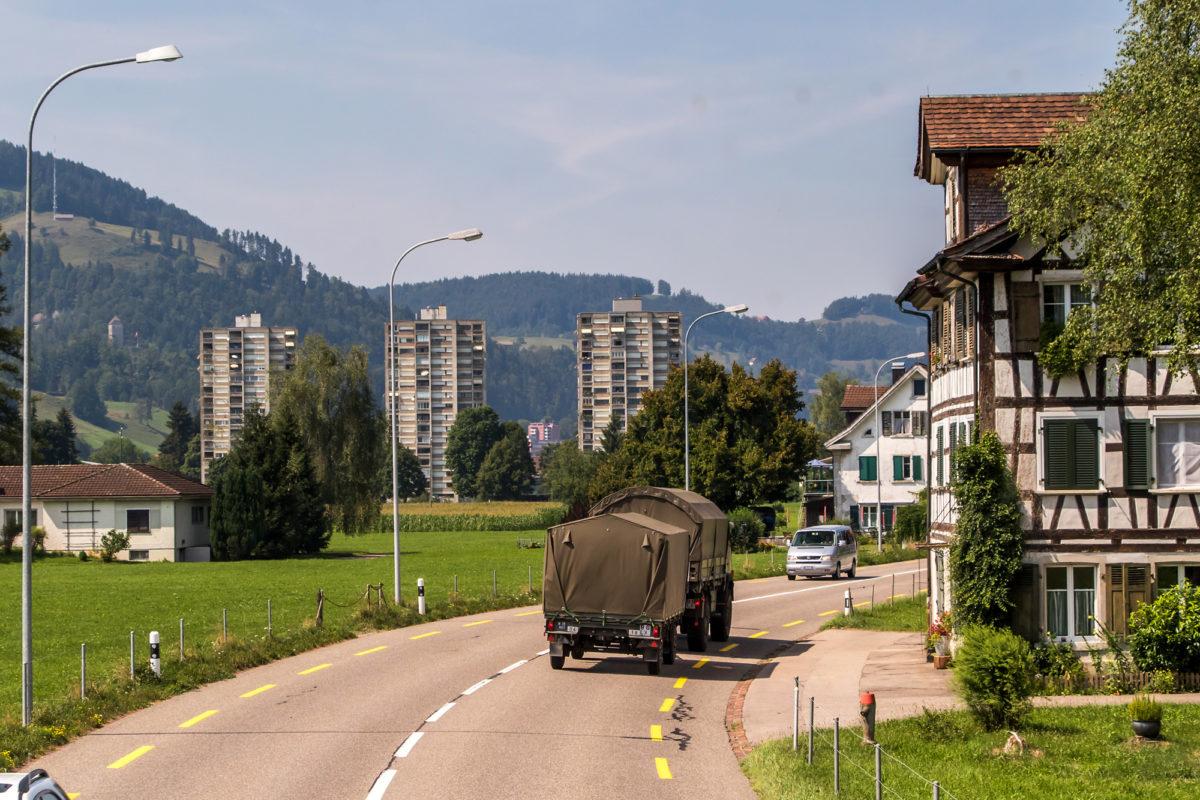Ende des Rennens gegen die Zeit: Drei scheussliche Wohntürme kündigen unsere Ankunft in Wattwil an...