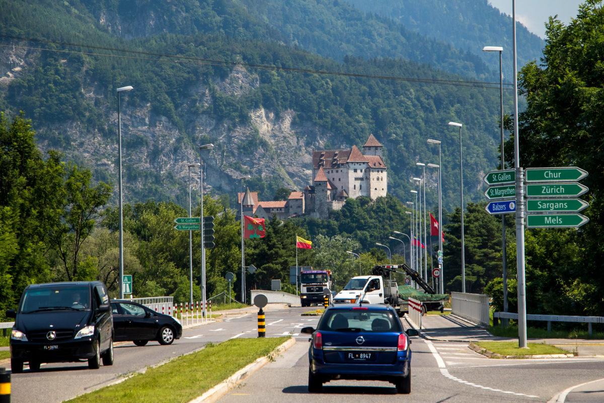 Liechtenstein voraus! Ennet der Brücke beginnt das Fürstentum...