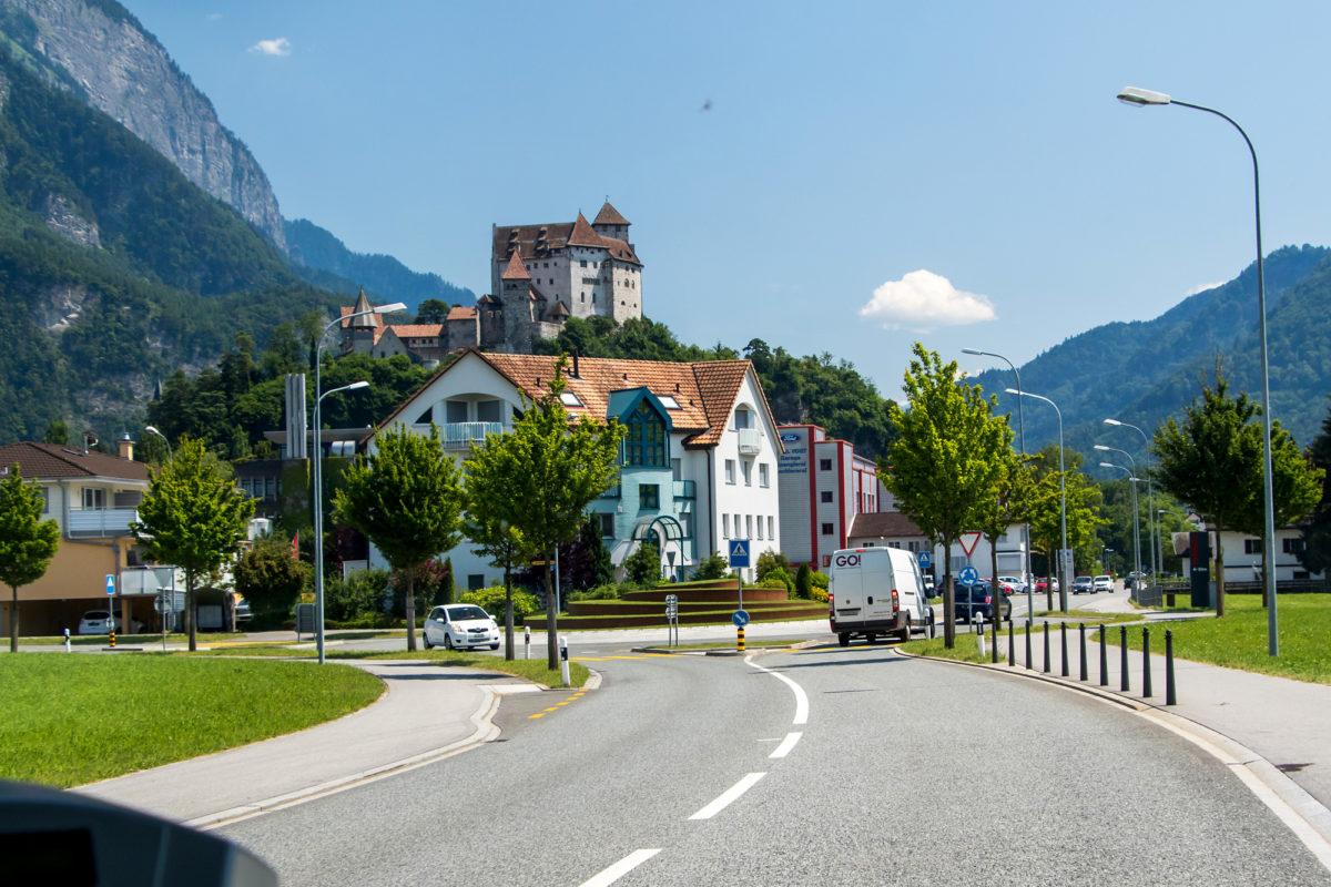 ...Schloss Balzers heisst einem schon von weither willkommen.