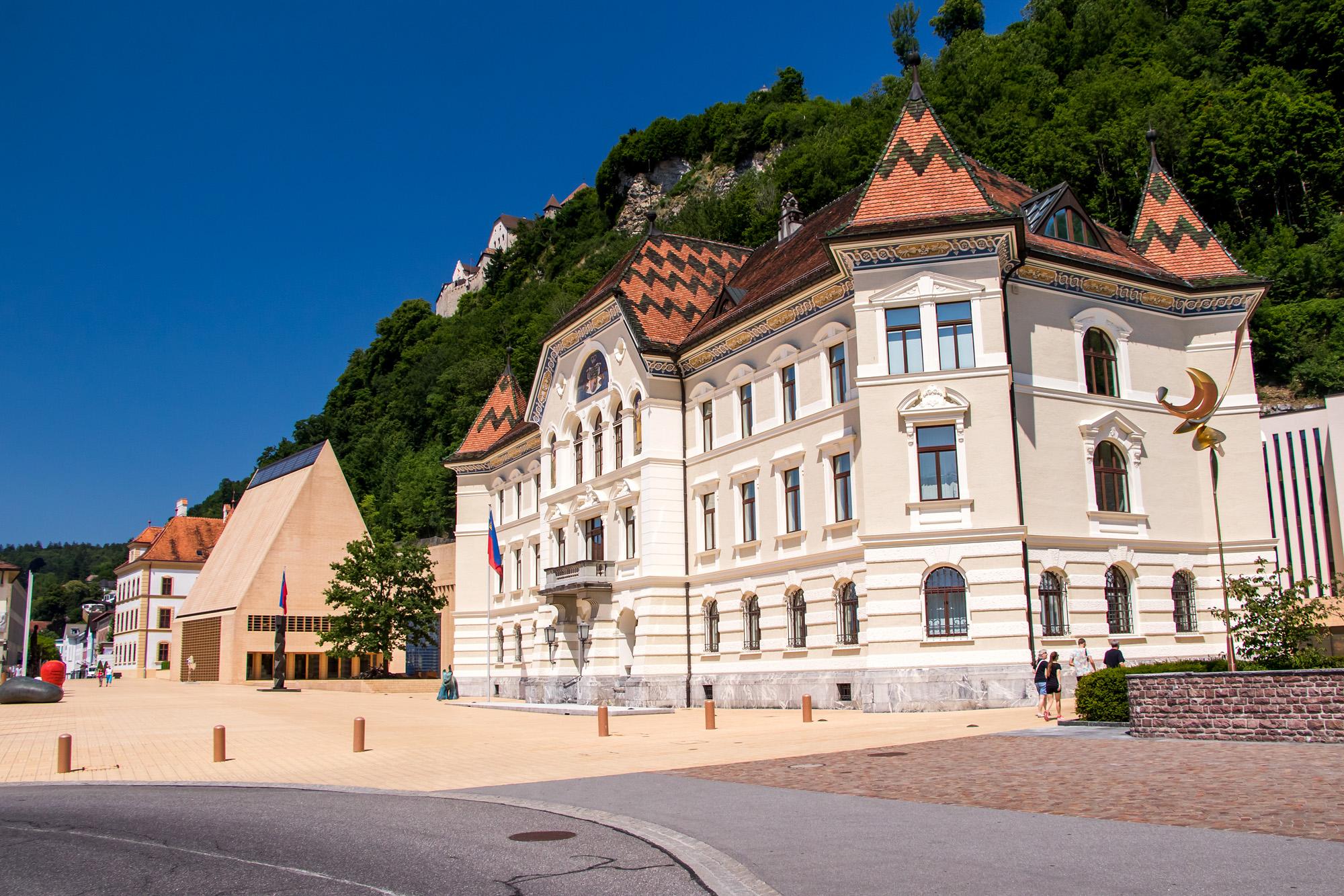 Im Städtle, dem Zentrum von Vaduz, mit Regierungs- und Parlamentsgebäude.