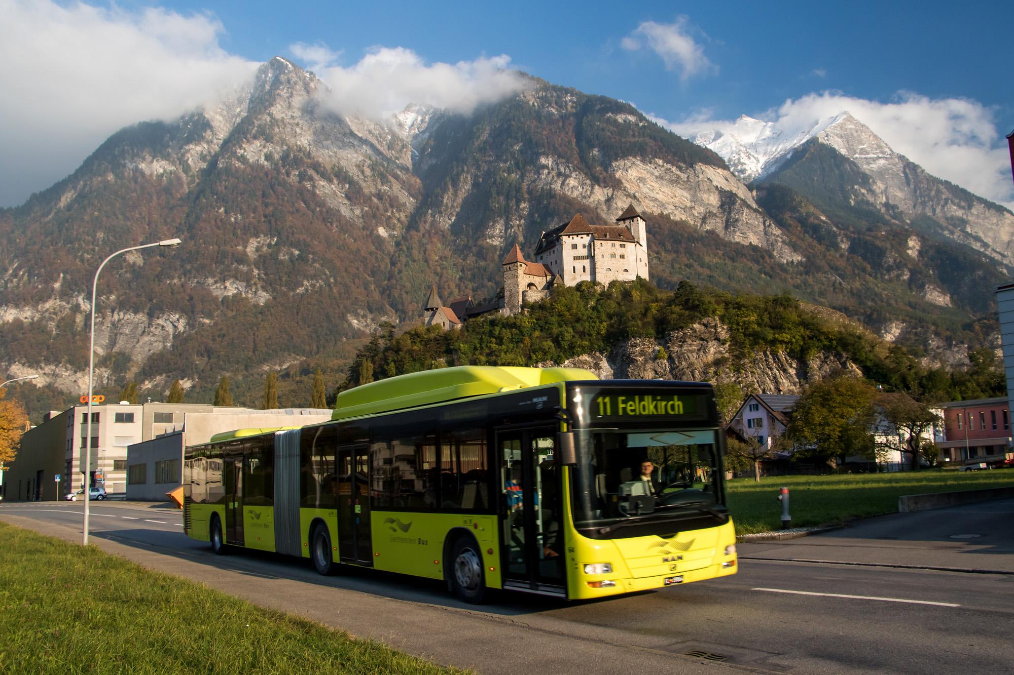Direkt am Wegesrand grüsst das Schloss Balzers seit Jahrhunderten die Reisenden. Und natürlich auch täglich die für Liechtenstein Bus fahrenden Postautos!