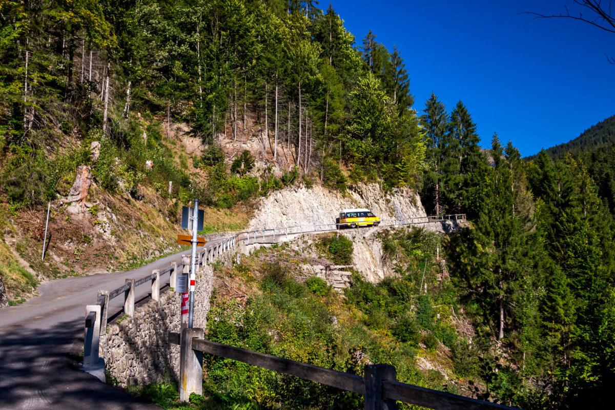 Nach der Überquerung der Brücke beginnt sofort die steile Bergfahrt