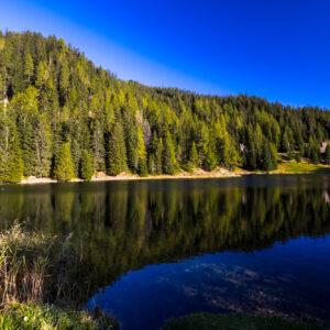 Der Schwarzsee bei Laret geizt nicht mit seinen Reizen