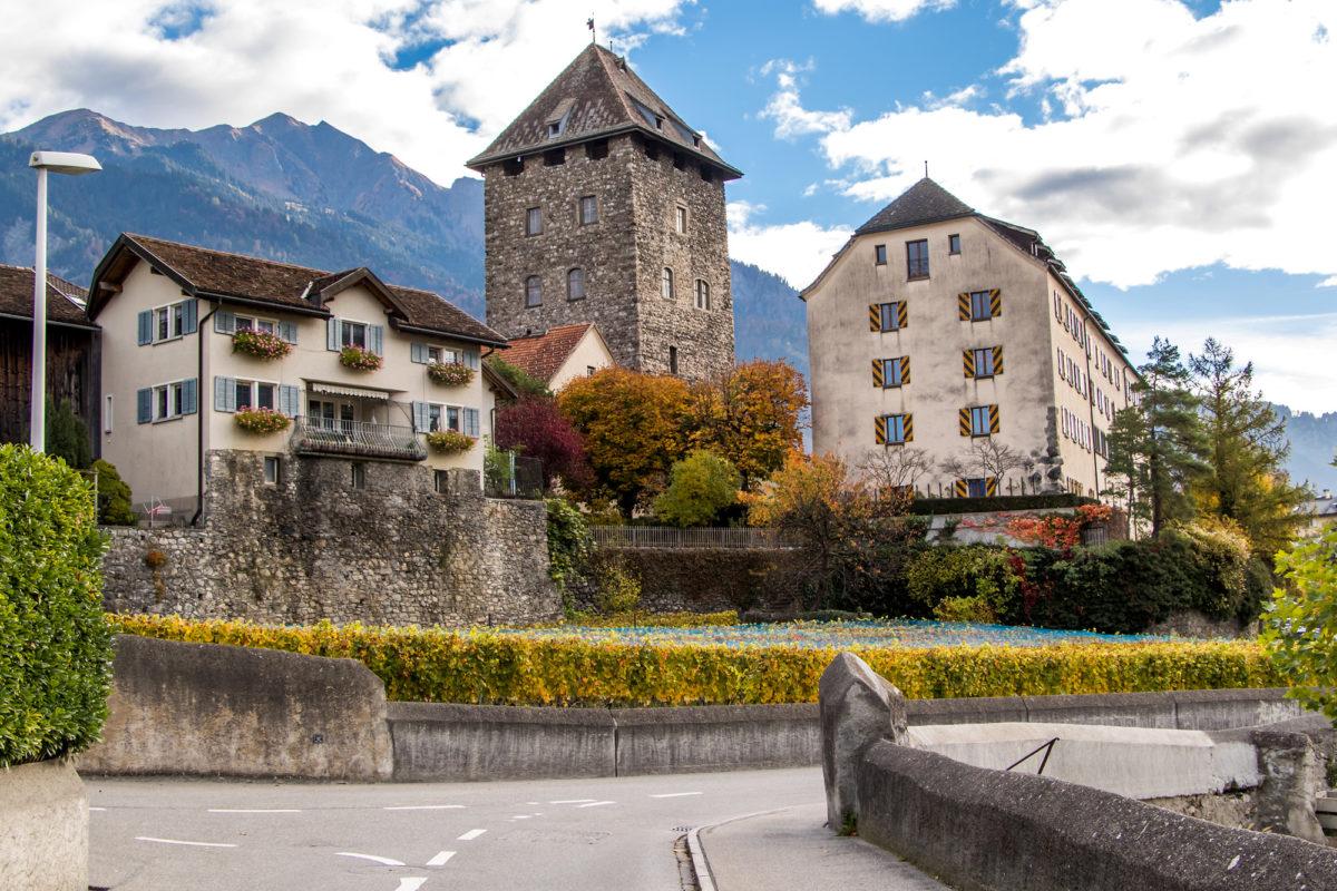 """Das wuchtige Schloss Brandis: Der Turm stammt aus dem 13. Jahrhundert, das """"neue Schloss"""" aus dem 15. Jahrhundert."""