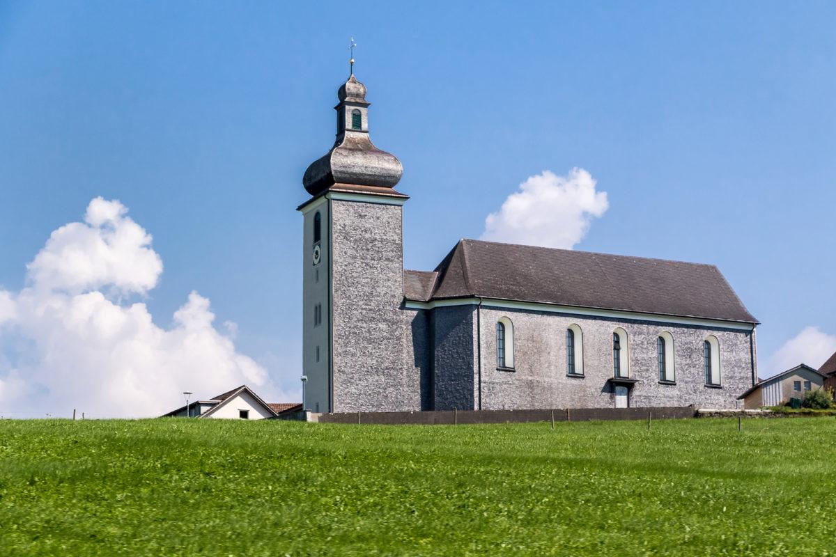 ...und etwas abseits die katholische Kirche von 1782, die dafür von weitherum sichtbar ist
