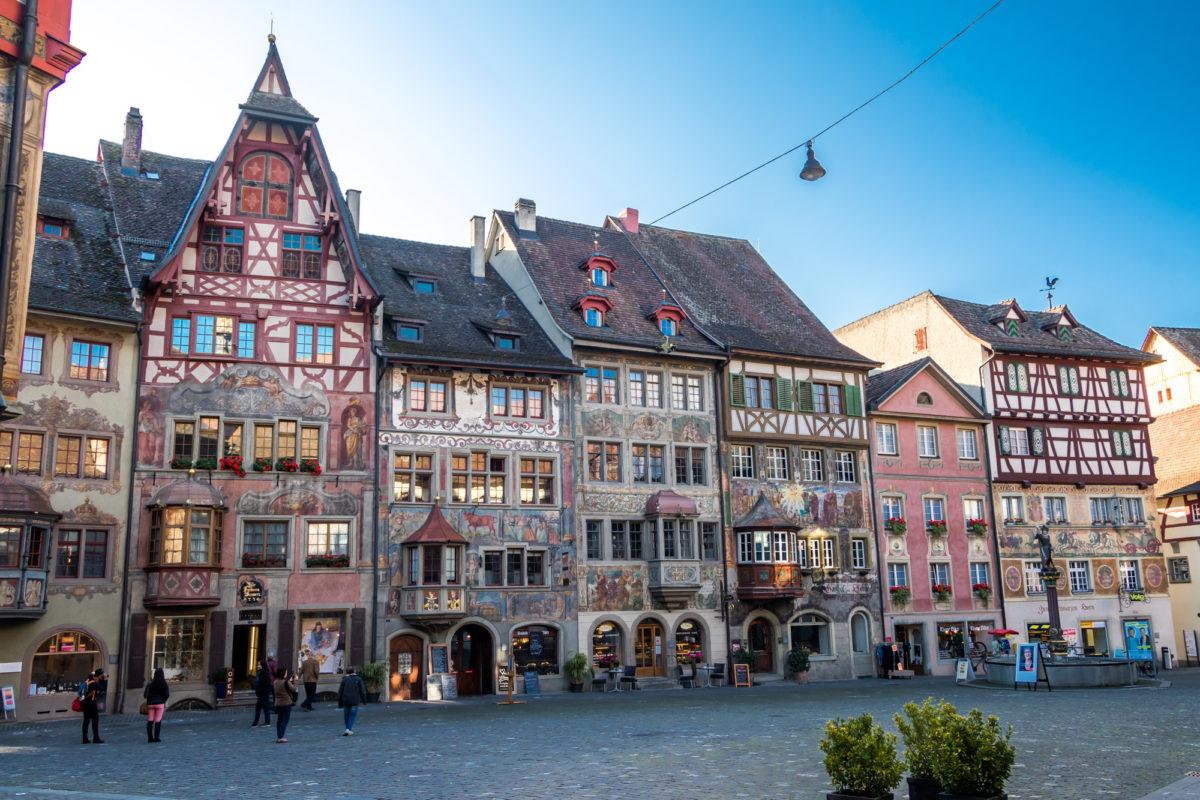 Der Rathausplatz von Stein am Rhein (SH) - welch farbenfrohes Ensemble!