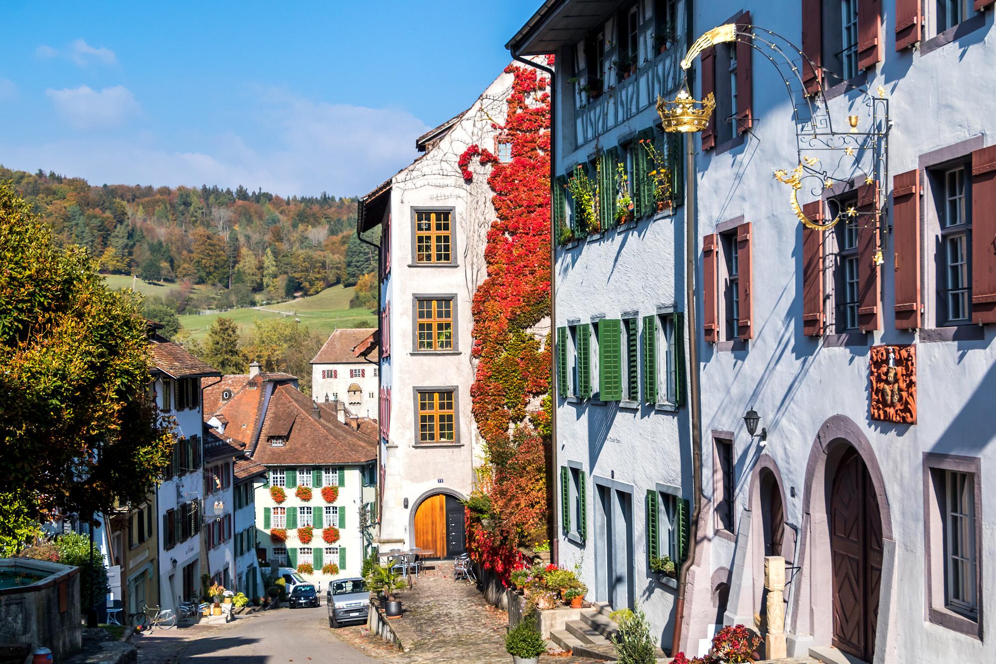 In der steil zum Rhein hin abfallenden Hauptgasse von Kaiserstuhls Städtli ist das historische Flair omnipräsent