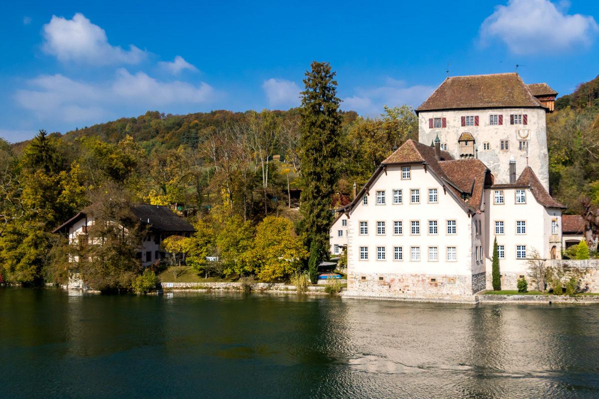 Ursprung von Kaiserstuhls Geschichte: Burg Rotwasserstelz am (heute deutschen) Rheinufer