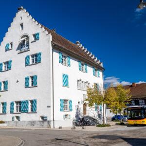 Bereit zur Rückfahrt: Der MAN-Bus unter dem Waldkirch'schen Haus, einem schlossartigen Patrizierbau aus dem Jahr 1602
