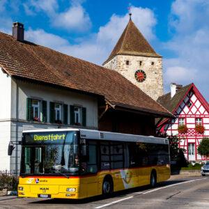 An Kaiserstuhls Eingang heisst einem die bäuerliche Vorstadt willkommen - im Hintergrund lugt der Obere Turm aus dem 12./13. Jahrhundert hervor. Und mein Postauto ist auch schon da!