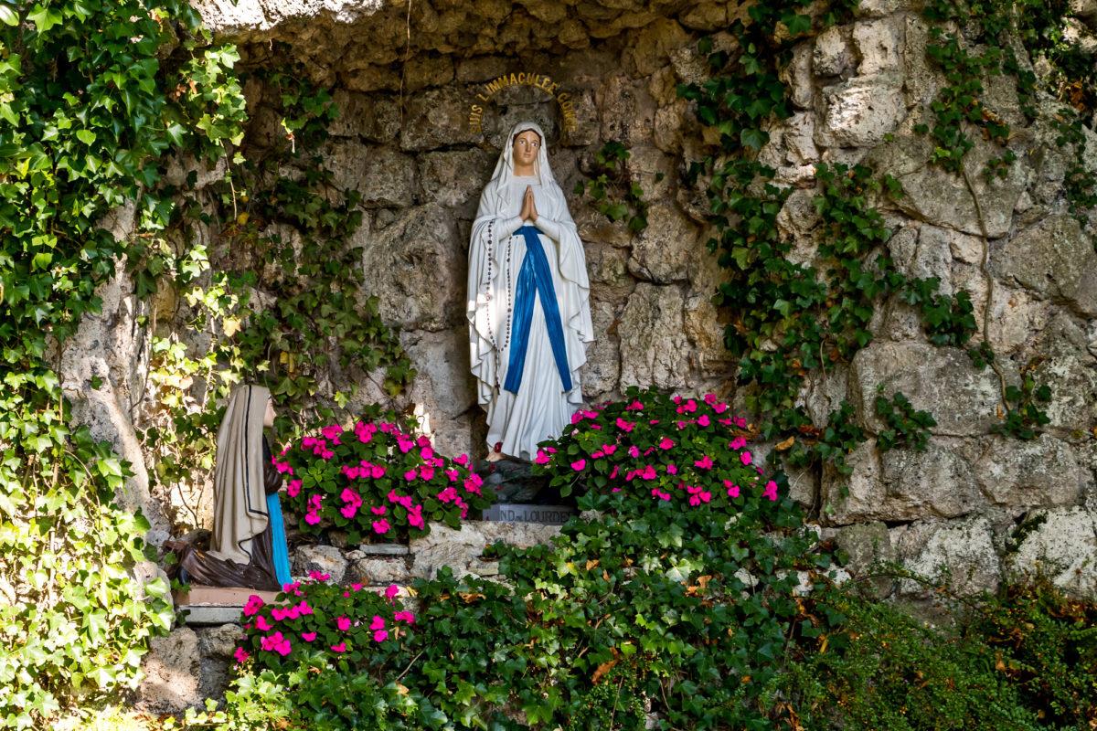 ...an der Lourdes-Grotte vorbei (offenbar eine überregionale Attraktion)...