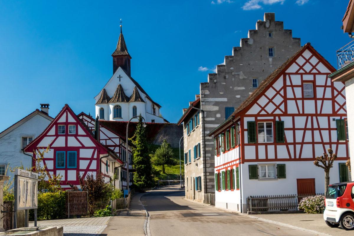 Adieu Rheinau: Blick durch die Poststrasse, am Wellenberg'schen Haus mit seinen Treppengiebeln (1551) vorbei zur Bergkirche
