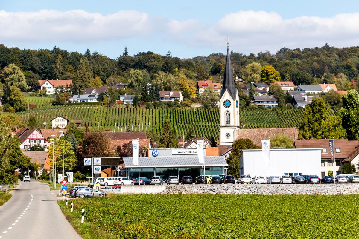 Benken mit wuchtiger Kirche und seinen Weinhängen