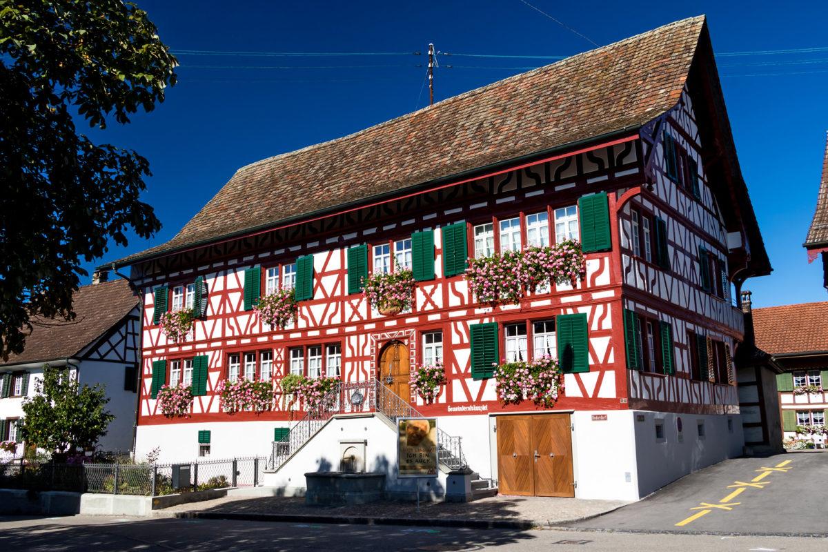 Der Untere Hirschen, ein Barockbau aus dem Jahr 1715, erbaut eine Doppelnutzung als Trinkstube (unten) und Wohnhaus (oben). Heute beherbergt er die Gemeindeverwaltung