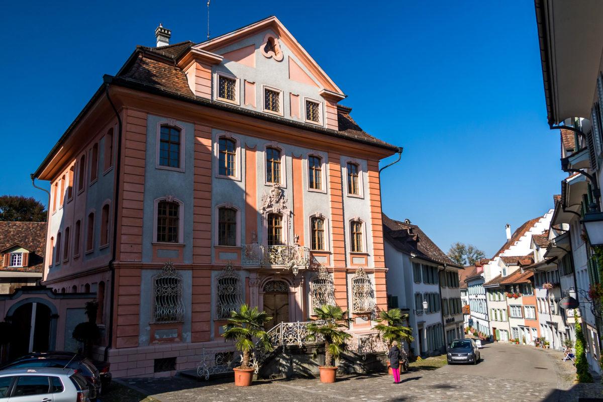 Das Bischofszeller Rathaus von 1750 - der reich begitterte Putzbau strahlt schon fast südländisches Flair aus!