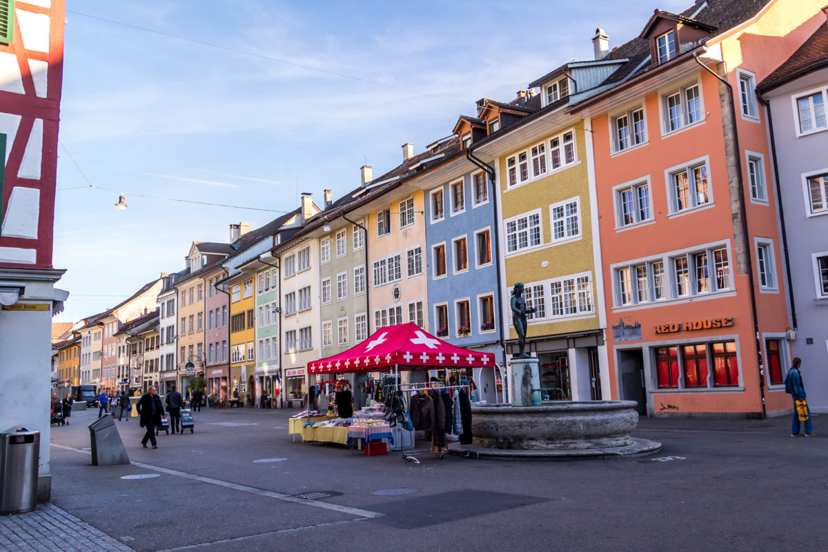 Die platzartige Steinberggasse, eine der schöneren in Winterthurs Altstadt. Rund um den Fischmädchenbrunnen glänzt eine bunte spätgotische Häuserzeile
