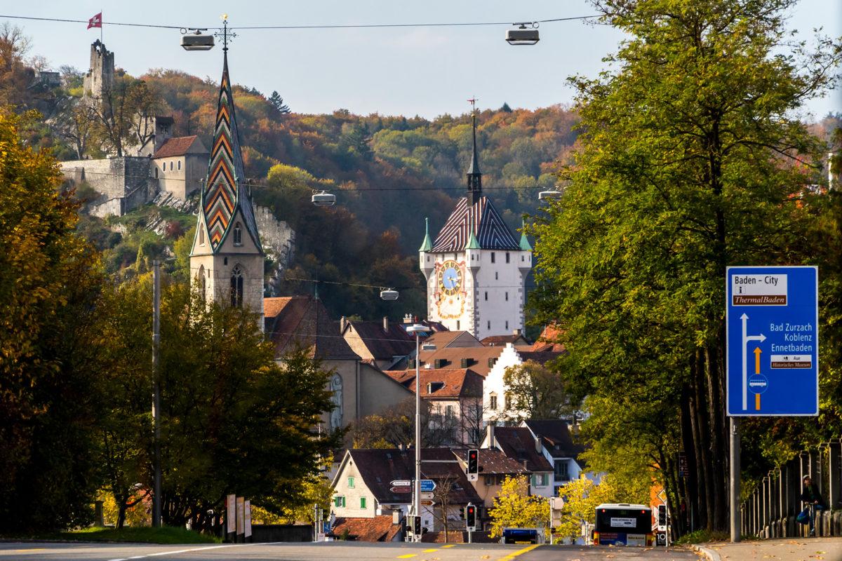 Baden voraus, mit seinen drei Ikonen die himmelwärts streben: Der Burgruine Stein, dem Turm der Pfarrkirche Maria Himmelfahrt (1490) und dem vier Meter höheren Stadttorturm aus dem 15. Jahrhundert