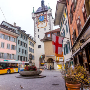 Badens Fussgängerzone in der Altstadt am Fusse des Stadttors mag zwar für Autos tabu sein, nicht aber fürs Postauto!