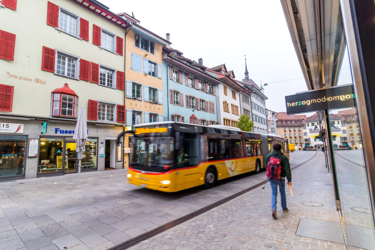 Wo heute das Postauto vorbeifegt, fanden im Mittelalter Badens überregional bekannte Märkte statt: In der Weiten Gasse mit ihren Bürgerhäusern, die teils auf das 13. Jahrhundert zurückgehen