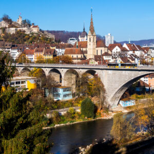 Postkarten-Ansicht von Baden; Der Gelenkbus befährt die 275 Meter lange und 24 Meter hohe Hochbrücke.