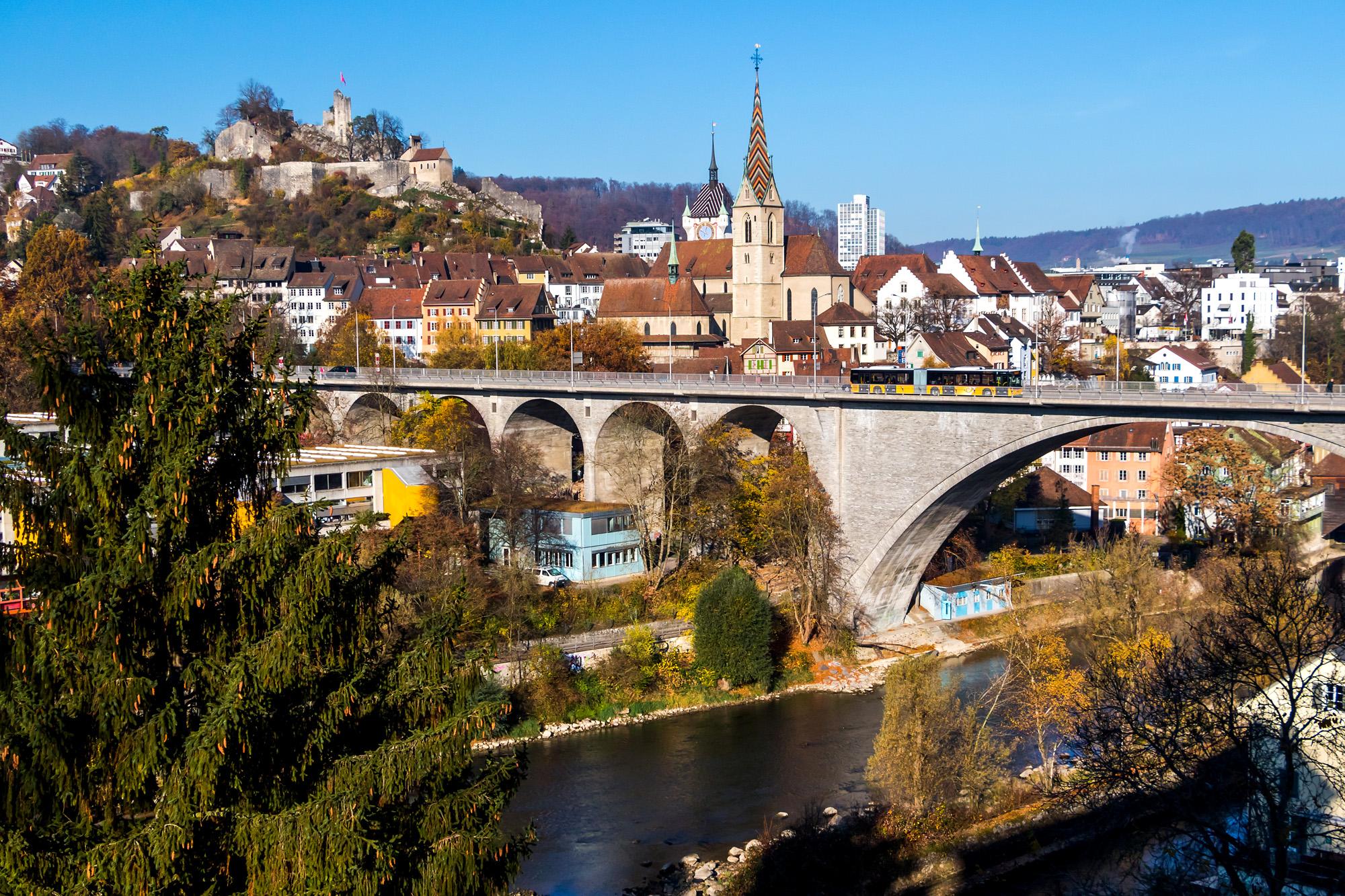 Postkarten-Ansicht von Baden (AG); Der Gelenkbus befährt die 275 Meter lange und 24 Meter hohe Hochbrücke.