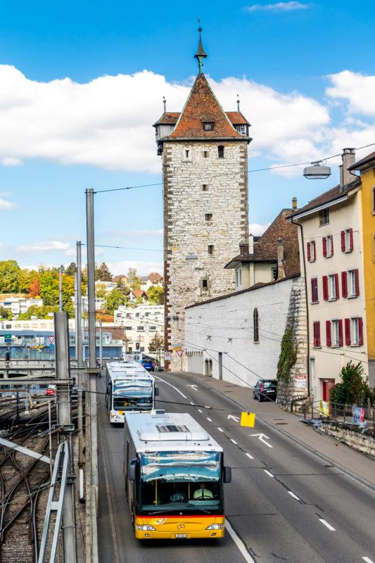 Der Obertorturm aus dem 13. Jahrhundert, der älteste verbliebene Teil der einstigen Stadtbefestigung. Gut 700 Jahre jünger ist Postautohalter Rattins Citaro!