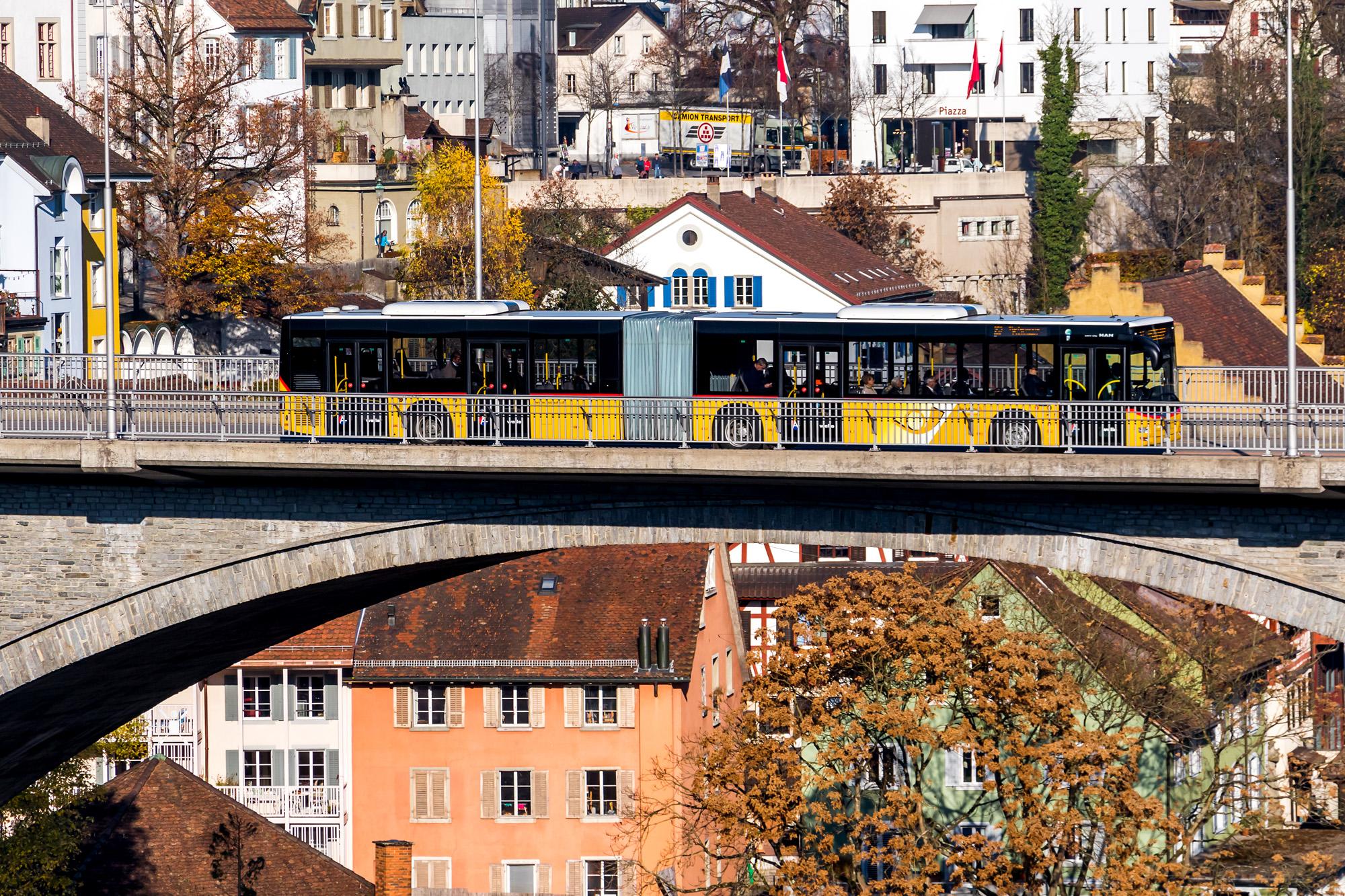 In luftiger Höhe: Postauto auf der Hochbrücke von Baden (AG)