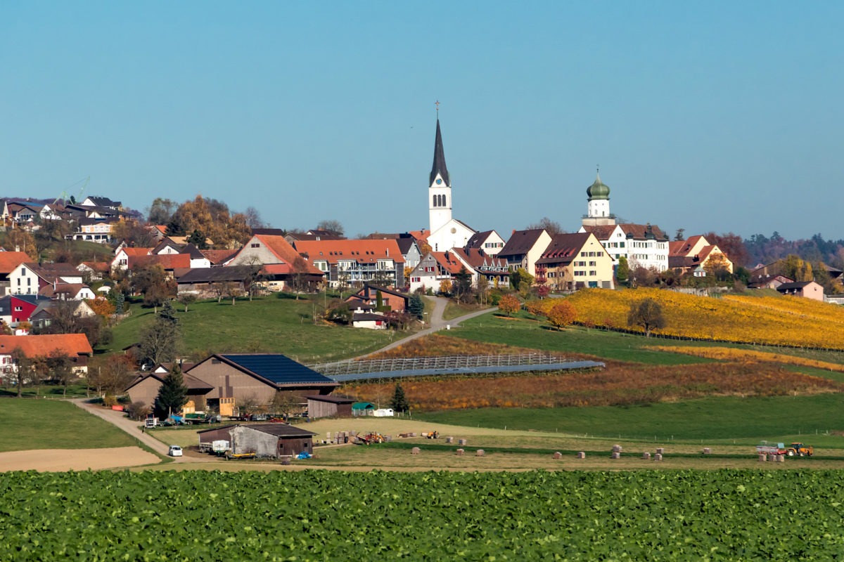Herdern mit Kirche und Schlossturm - letzterer stammt aus dem 12. oder 13. Jahrhundert