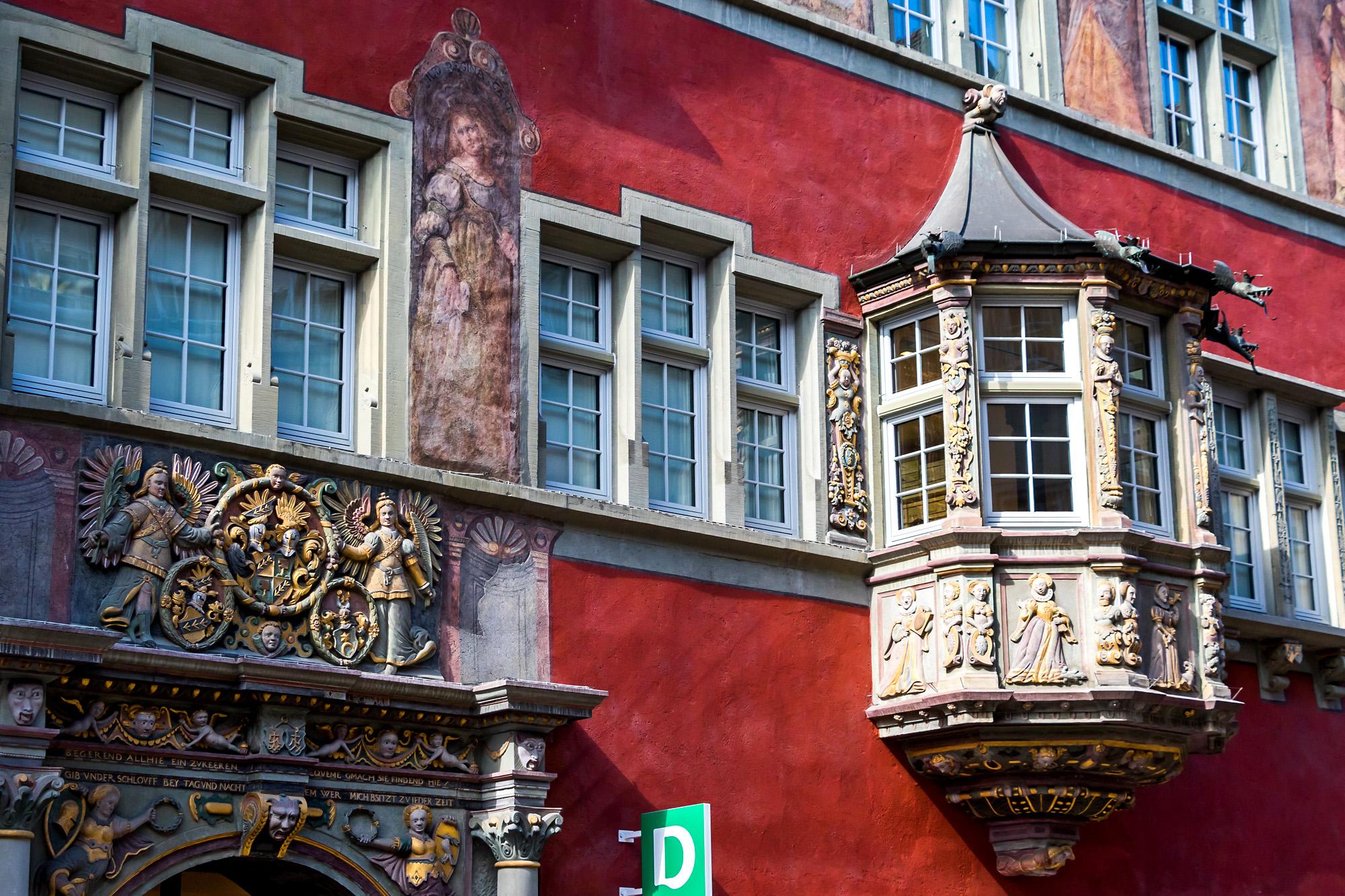 Das Haus zum goldenen Ochsen in der Vorstadt. Die einstige Herberge wurde 1608 in ein nobles Bürgerhaus umgebaut, wozu ihr auch eine prunkvolle spätgotische Fassade im Stil der Deutschen Renaissance spendiert wurden. Erker und Portal zeigen Szenen aus der babylonischen und griechischen Geschichte