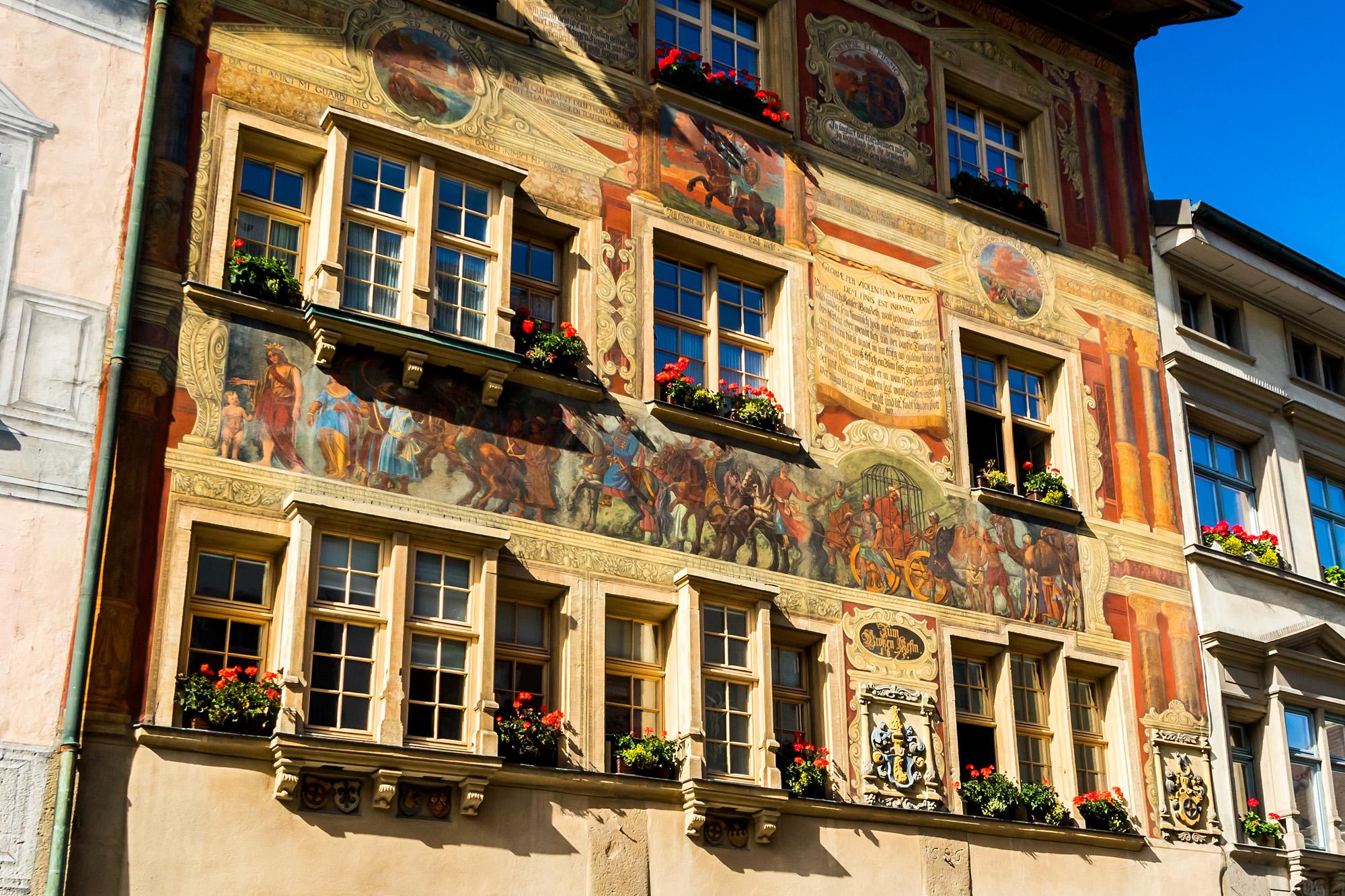 Das Haus zum grossen Käfig, 1371 am Ort des ehemaligen Gefängnisses erbaut. Auch seine Fassade erzählt eine ganze Geschichte!