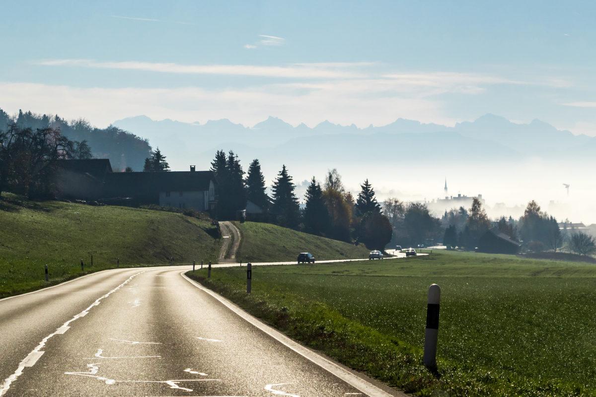 Selbst die Alpen lassen sich zu einem letzten Abschiedsgruss hinreissen, während wir uns dem eingenebelten Widen nähern