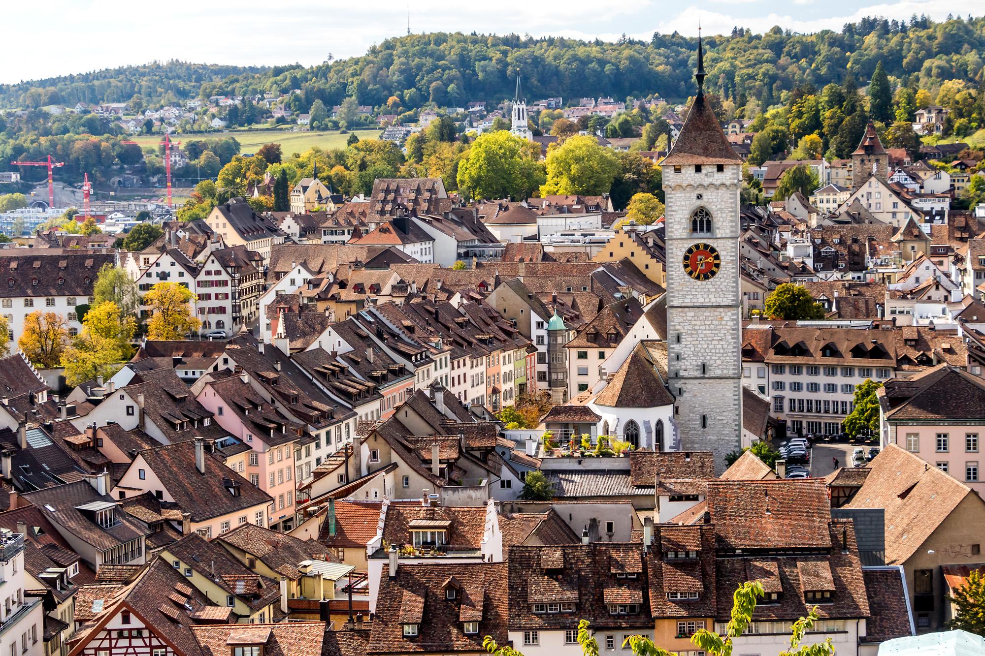Blick auf Schaffhausens Altstadt. Aus dem Häusermeer ragt der 68 Meter hohe Turm der Kirche St. Johann empor, deren Geschichte etwa ins Jahr 1000 zurückreicht