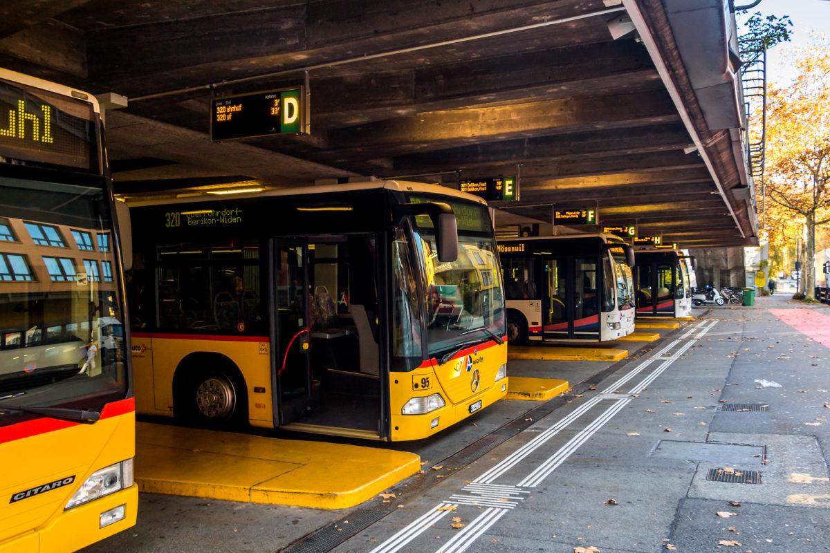 Bereit für die Pendlerströme: Postautos in der Garage am Bahnhof Baden