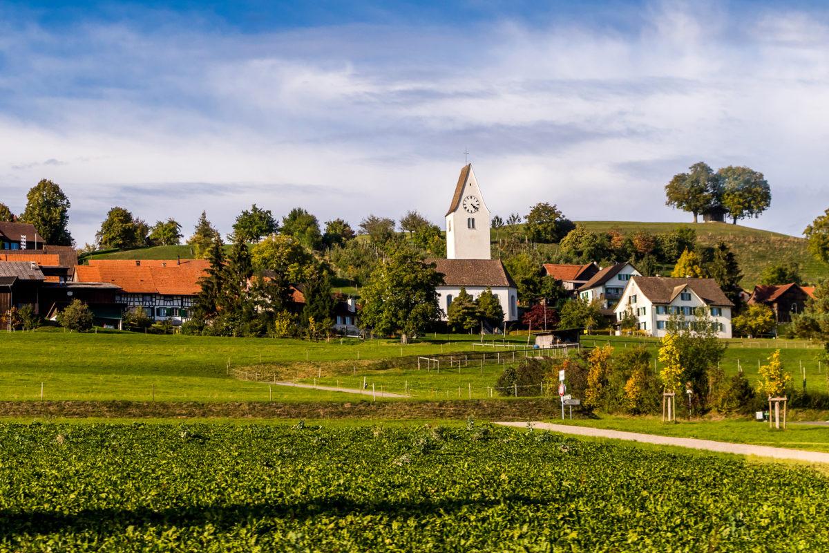 Der Weiler Kirchberg ob Thundorf, natürlich mit Kirche am Berg - der Turm datiert übrigens von 1519