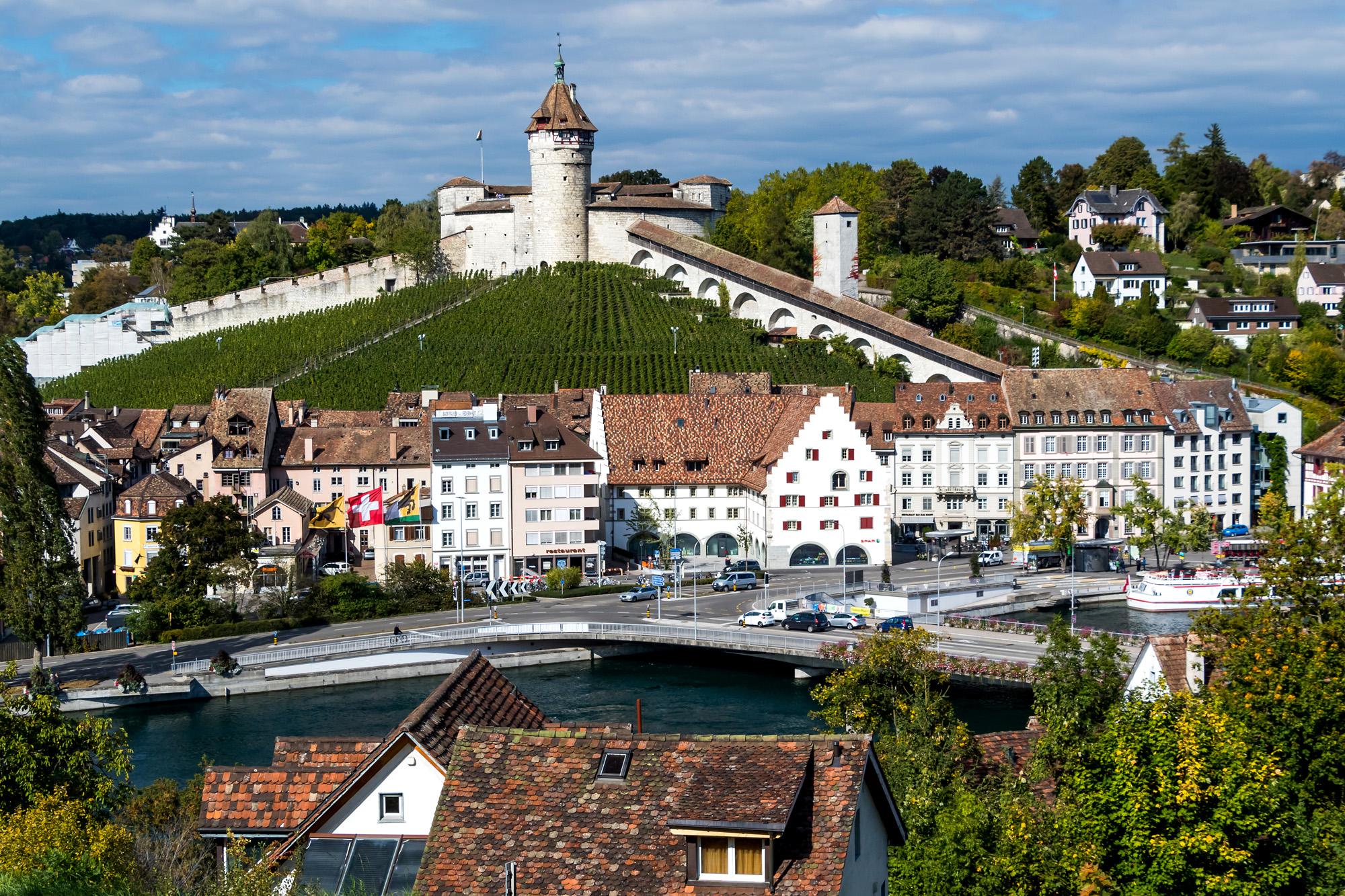 Panorama von Schaffhausen mit seinem Wahrzeichen, dem Munot. Am Rhein stehen noch einige letzte Lagerhäuser, in denen auf dem Rhein transportierte Güter aufbewahrt wurden